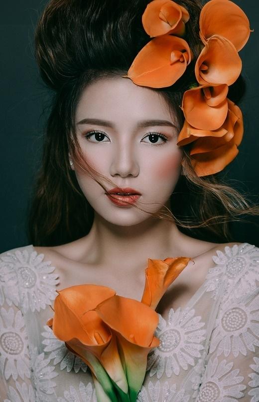 Lấy sắc cam làm tone màu chủ đạo, diễn viên Lê Hạ Anh gợi ý cho các cô gái trẻ cách trang điểm kết hợp hài hòa giữa nét đẹp tự nhiên và tinh thần gợi cảm, ấn tượng.