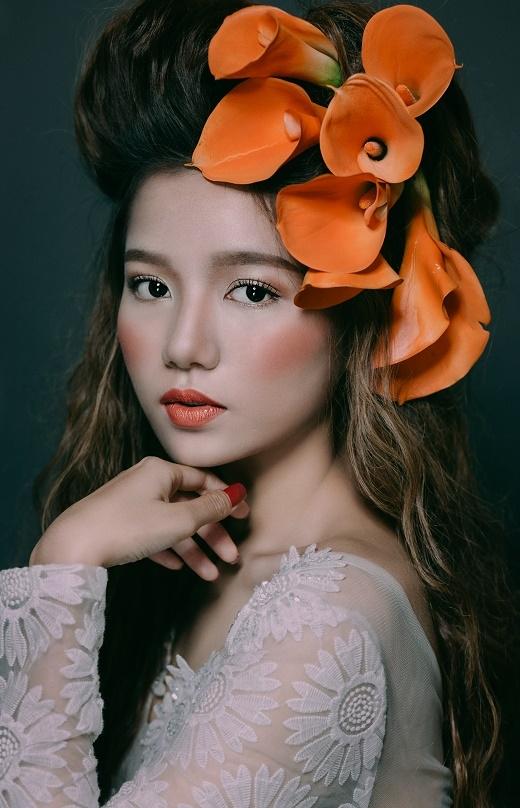 Sắc cam tạo điểm nhấn ở môi, xương gò má. Thông thường với sắc cam, những cô gái có gương mặt bầu bĩnh nên chọn cách tán má hồng xếch lên mang tai để tạo cảm giác thon gọn.