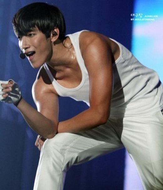 Hình tượng của Jun.K gắn liền với những chàng trai cơ bắp của 2PM. Sẽ không quá ngạc nhiên khi anh chàng luôn nằm trong top những thần tượng có bờ vai rộng và đầy nam tính của Kpop.