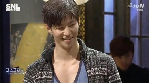 Song Jae Rim cũng sở hữu một bờ vai đáng mơ ước.