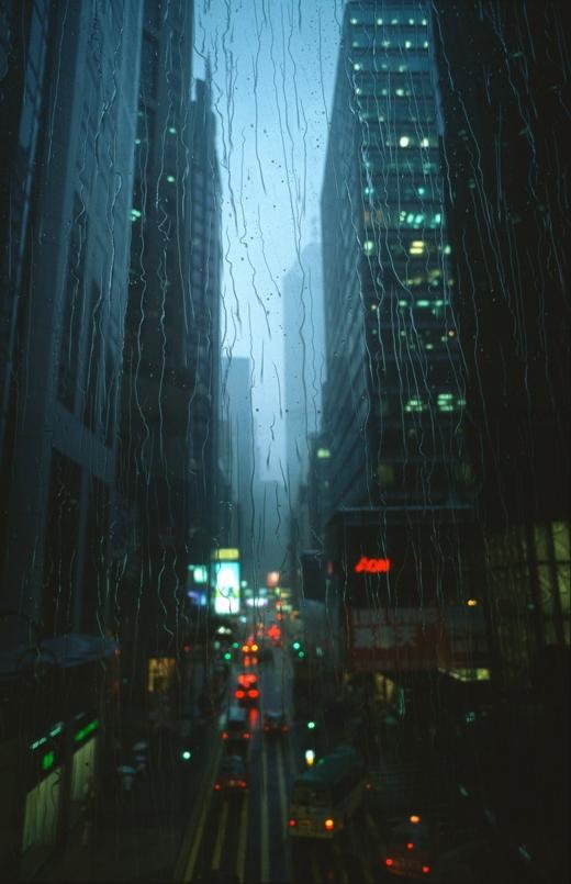 Trong khung cảnh trời mưa, Hong Kong cũng mang những nét đẹp ảo diệu.