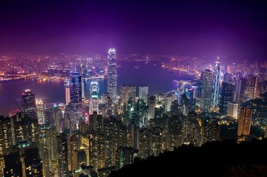 Và khi đêm về, ánh điện thắp sáng cả bầu trời Hong Kong.