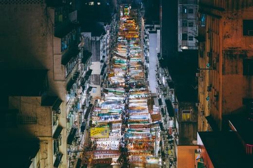 Bạn có thể đi dạo những khu chợ đêm nhộn nhịp để cảm nhận cả thành phố như đang vận động theo bạn.