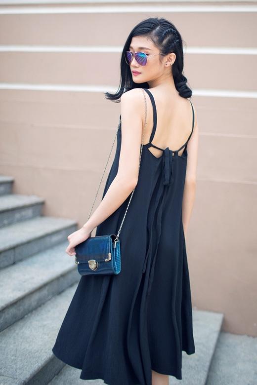 Những chiếc váy chữ A với phom dáng rộng, những đường xếp li hay những chi tiết cut out gợi cảm luôn là lựa chọn hàng đầu của Kha Mỹ Vân.