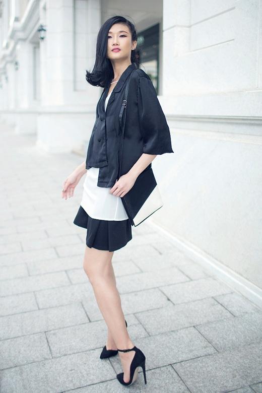 Kha Mỹ Vân và Đỗ Hà tương phản với trang phục trắng, đen