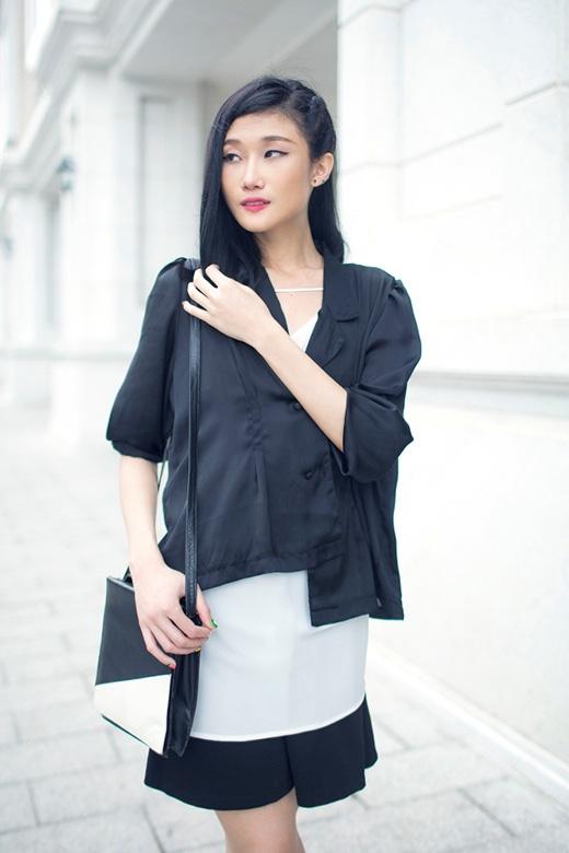 Bắt kịp xu hướng với những chiếc áo lấy phom dáng từ kimono truyền thống của Nhật Bản, Á quân VietNam's Next Top Model 2012 kết hợp cả hai sắc màu trắng, đen trên cùng một tổng thể.