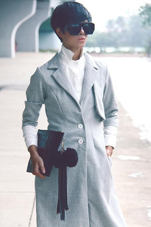 Kết hợp thêm chiếc áo măng tô dài tone xám khá nữ tính.