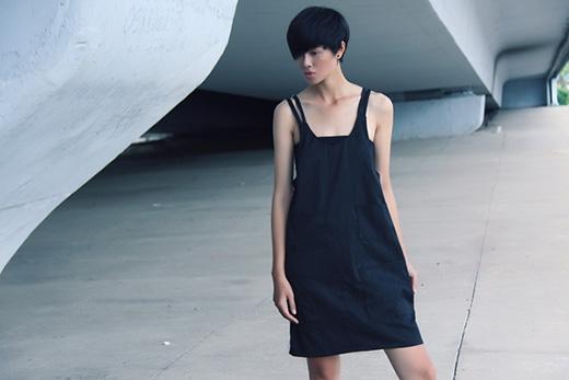 Bỗng dưng điệu đà, gợi cảm với váy đen cách điệu từ váy yếm.