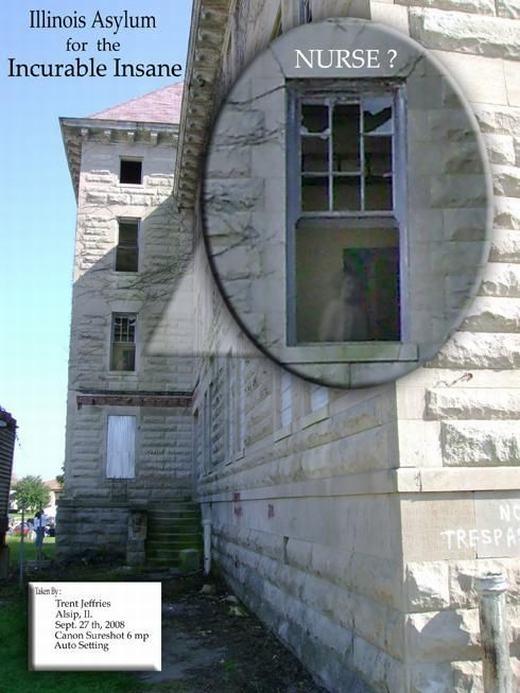Bạn có thấy một con ma mặc váy trắng ở cửa sổ? Hình ảnh chụp ở Peoria Asylum và gây nên sự tranh cãi sau đó.