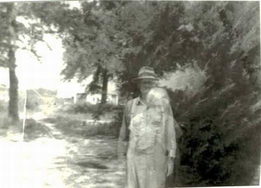 """Hình ảnh về 2 người đàn ông """"lồng"""" vào nhau. Người đàn ông phía trước bức ảnh cho biết, người đang đứng phía sau ông… đã chết từ nhiều năm trước khi chụp bức ảnh này."""