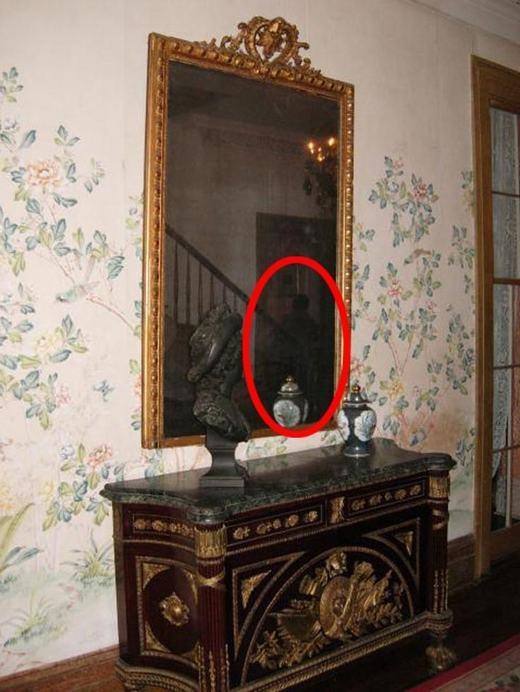 Hình ảnh chụp một người đàn ông phản chiếu qua gương. Tuy nhiên, chủ nhân bức ảnh lại cho biết khi chụp, không hề có một ai ở đó.