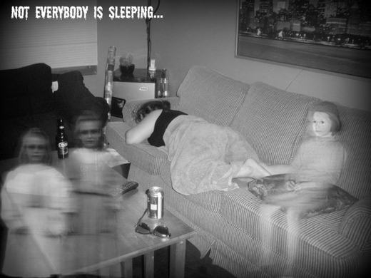 Có tới 3 đứa trẻ vây quanh, trong khi người đang ngủ khẳng định không hề có ai gần đó khi ngủ. Bức ảnh được cắt ra từ camera an ninh trong nhà.