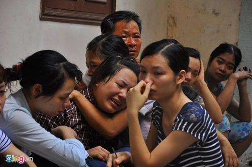 Người thân khóc ngất khi biết tin 5 người trong gia đình tử vong sau hỏa hoạn