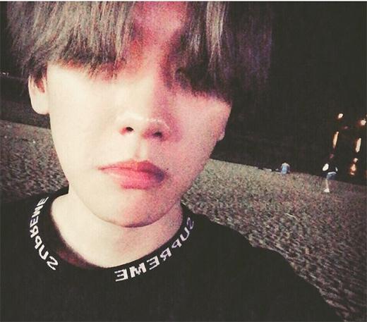 Baekhyun tận hưởng gió đêm và giả bộ khép mắt lại, anh chia sẻ: Khép hờ mắt lại, bản mặt ngu ngơ.