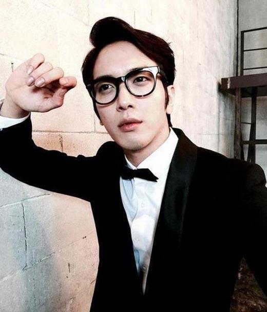 Yonghwa bất ngờ khoe ảnh lịch lãm vói vest đen khiến fan thích thú.