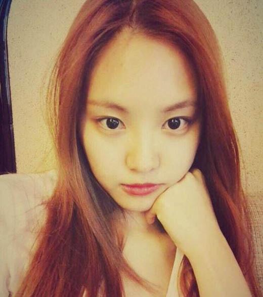 Naeun khoe mặt mộc cực xinh và chia sẻ: Hình như trời sắp mưa rồi. Chúc mọi người một ngày vui vẻ nhé.