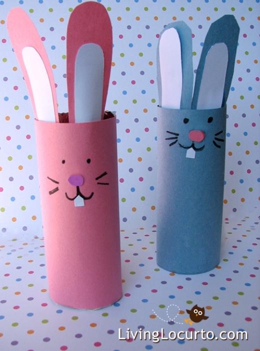 Dán giấy màu rồi gắn thêm tai, răng, vẽ mắt, mũi, miệng là bạn đã có hai chú thỏ răng hô dễ thương rồi!