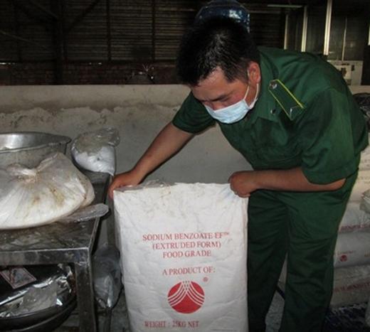 Hóa chất có nguồn gốc từ Trung Quốc dùng để làm bò viên không bị mốc. Ảnh: NLĐ