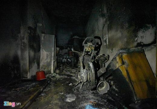 Bếp, tủ lạnh và 3 xe máy tại tầng 1 ngôi nhà bị thiêu rụi.