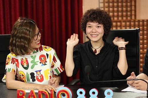 Chào sân Radio 88.8, Tiên Tiên bị khớp bởi độ độc đáo của bộ đôi VJ siêu quậy Will và Yumi Dương. Cô nàng trưng ra vẻ mặt chào thua ngộ nghĩnh.