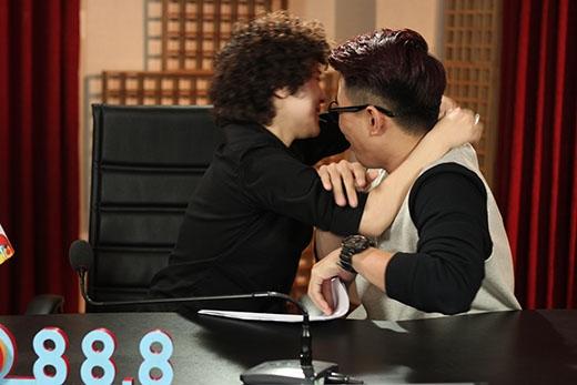 Tiên Tiên bất ngờ tình cảm với Will (365) bằng hành động ôm cổ thân thiết