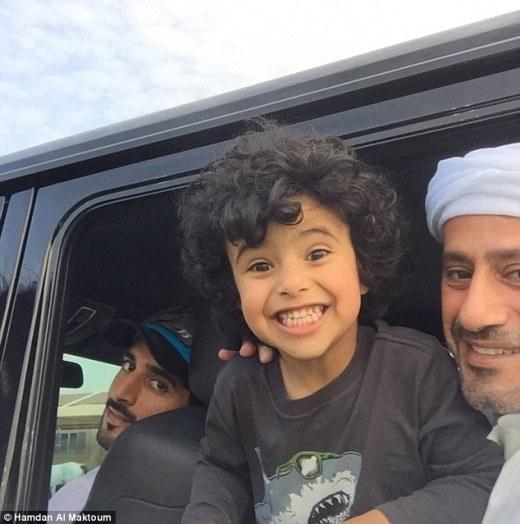 Mohammedluôn đi du lịch cùng với hoàng tử và cha của mình.