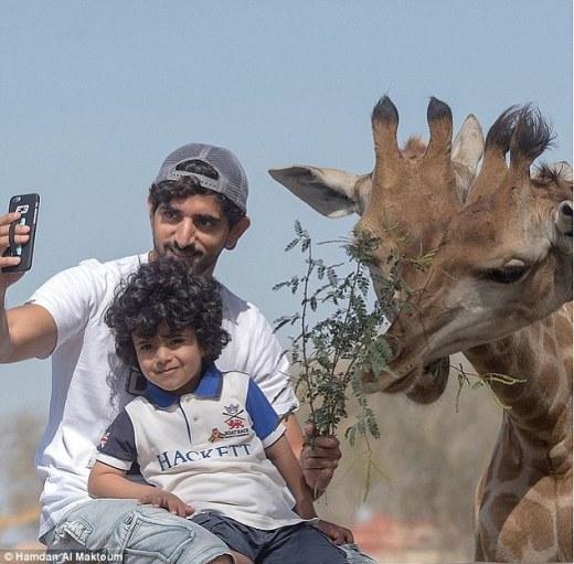 Tự sướng cùng hoàng tử trong chuyến du lịch đến Châu Phi.