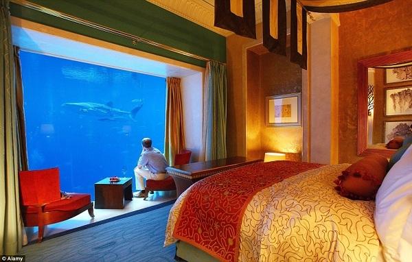 Trong show truyền hình thực tế Keep up with the Kardashians, Khloe đã khoe ảnh cô nàng đang ở trong một căn phòng dưới nước của khách sạn Atlantis trông ra ngoài đại dương bao la.