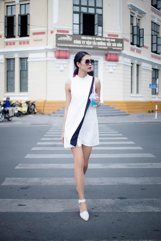 Nguyễn Oanh diện váy xẻ tà gợi cảm xuống phố