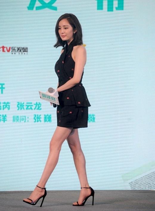 Một số hình ảnh của Dương Mịch trong buổi họp báo hôm nay.