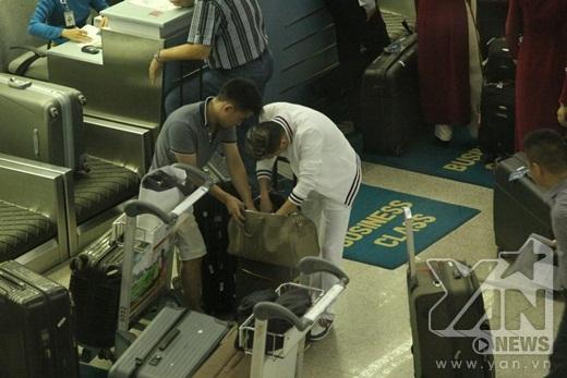 Anh và trợ lý nhanh chóng giải quyết sự cố để kịp chuyến bay - Tin sao Viet - Tin tuc sao Viet - Scandal sao Viet - Tin tuc cua Sao - Tin cua Sao