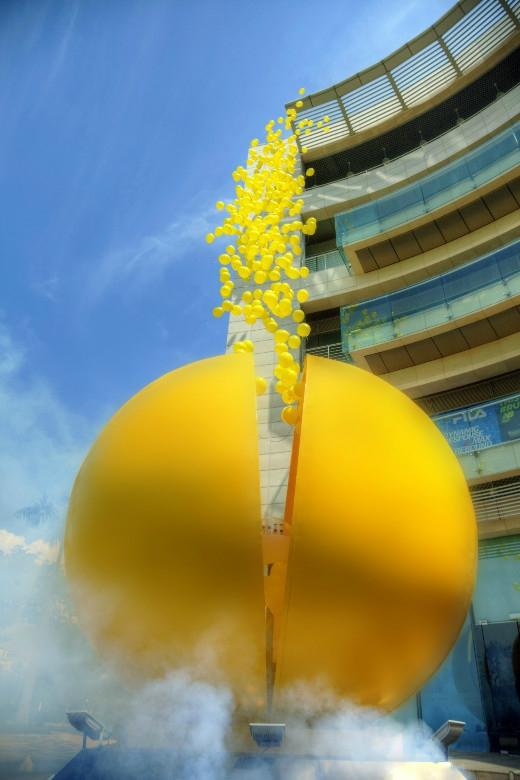 Quả bóng vàng bí ẩn nổ tung tại Crescent Mall