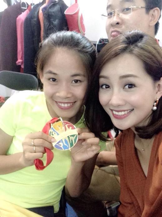 Quỳnh Chi chụp hình cùng vận động viên Nguyễn Thị Thanh Phúc, ngườimới dành được huy chương vàng bộ môn đi bộ cự ky 20km.