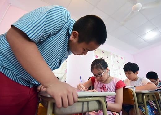 Những bài học không chỉ nằm trong sách, Đỗ Nhật Nam còn thông qua các trò chơi, bài hát để truyền tải đam mê học tiếng Anh tới các em nhỏ.