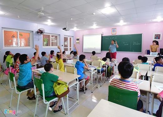 Xúc động trước sự đón chào nhiệt tình của thầy cô giáo cũ và các em nhỏ, Nhật Nam nói, sẽ cố gắng dành nhiều thời gian để dạy tiếng Anh trong 3 tháng hè, trước khi trở về Mỹ nhập học trường cấp 3 danh tiếng.