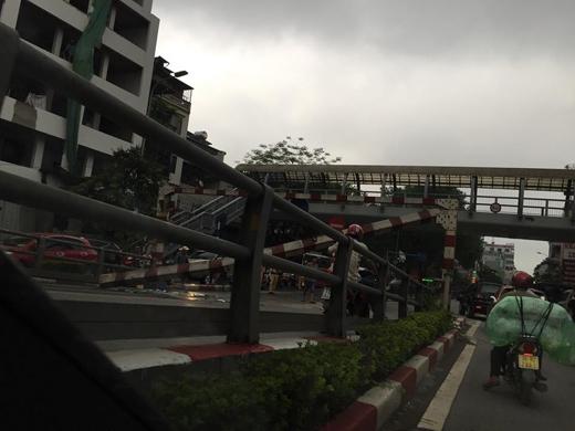 Hà Nội: Hoảng hồn thanh chắn cầu vượt bất ngờ đổ sập giữa đường
