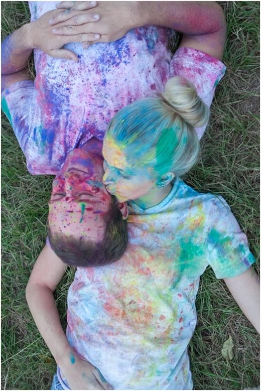 """Sự """"góp mặt"""" của bột màu làm cho tấm ảnh đôi bạn trẻ trông vô cùng nghệ thuật phải không nào?"""