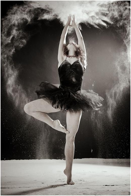 """Nghệ sĩ múa ba-lê trông thật huyền ảo với tông ảnh đen trắng và làn """"khói"""" tạo nên từ bột."""