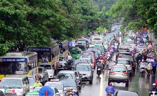 Mưa lớn tại Hà Nội khiến nhiều phương tiện bị ùn tắc. Ảnh: Zing