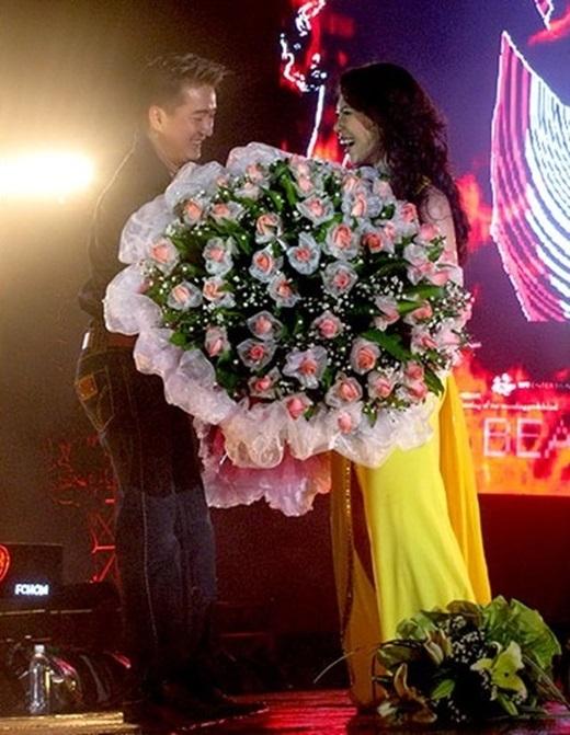 Ông hoàng nhạc Việt thậm chí còn bay một quãng đường dài để tặng hoa cho người thương trong liveshow của cô. - Tin sao Viet - Tin tuc sao Viet - Scandal sao Viet - Tin tuc cua Sao - Tin cua Sao