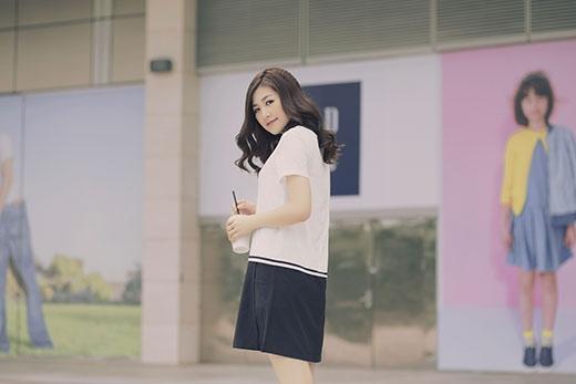 Dương Tú Anh thanh lịch, đơn giản nhưng không kém phần trẻ trung với T-shirt trắng kết hợp cùng chân váy đen. Sneaker tone trắng tạo nên sự đồng điệu cho tổng thể cũng như tăng thêm sự năng động cho cô gái 9X này.