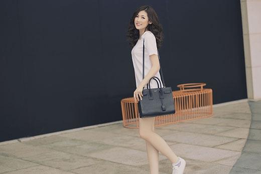 Cô mang theo túi xách cỡ lớn tone đen kết hợp với trang phục. Với nét đẹp trong sáng, nhẹ nhàng, Dương Tú Anh luôn minh chứng được sức hút của mình từ trang phục thảm đỏ đến nét đơn giản, bình dị trong gout thời trang đời thường.