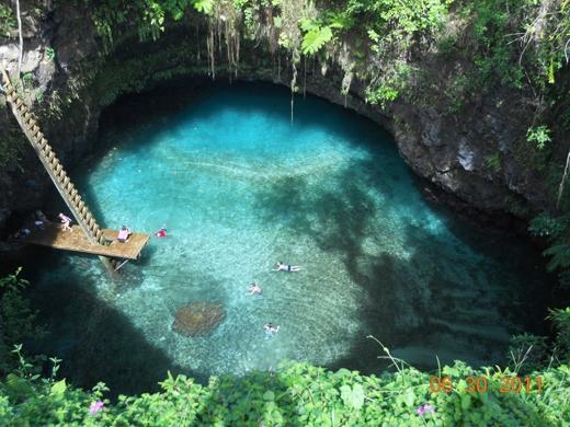 Bơi giữa làn nước xanh như ngọc của To Sua Ocean Trench, thuộc làng Lotofaga ở Samoa. Đây là một hồ bơi nước biển tự nhiên sâu 30 mét, bao quanh là những khu vườn tuyệt đẹp.