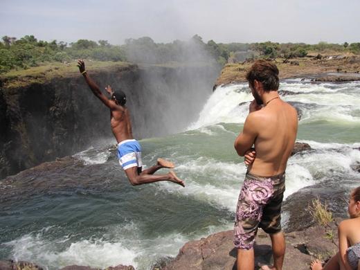 Mạo hiểm bơi tại Hồ quỷ dữ được hình thành trên mép thác Victoria nằm giữa biên giới Zambia và Zimbabwe.