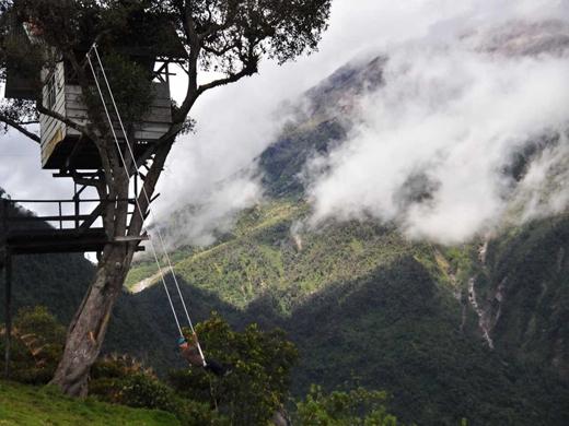 Thử cảm giác mạo hiểm khi ngồi xích đu ở nơi tận cùng thế giới tại Casa de Arbol, Ecuador. Ở đây, du khách còn được ngắm nhìn khung cảnh tuyệt đẹp của ngọn núi lửa Tungurahua.