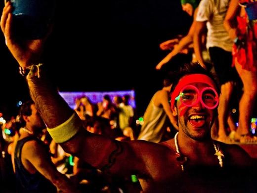 Nhảy múa suốt đêm với trang phục neon tại lễ hội trăng tròn hàng tháng ở Koh Phangan, Thái Lan.