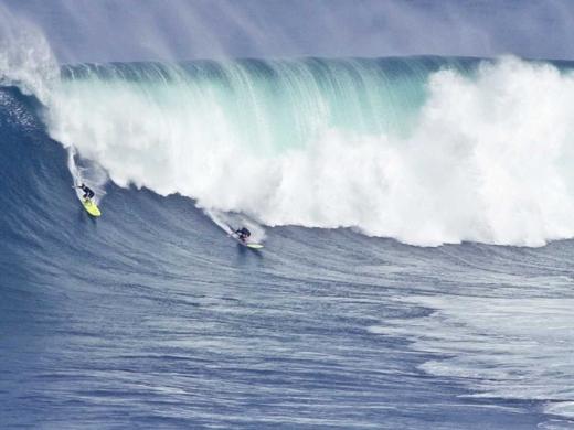 Lướt trên những con sóng cao hàng chục mét ở Surf Jaws (Pe'ahi ở Hawaii), Maui.