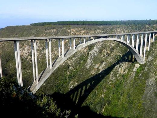 Nhảy bungee trên cầu Bloukrans từ độ cao hơn 216 m. Đây là cầu bungee cao nhất thế giới nằm giữa một hẻm núi của Nam Phi.