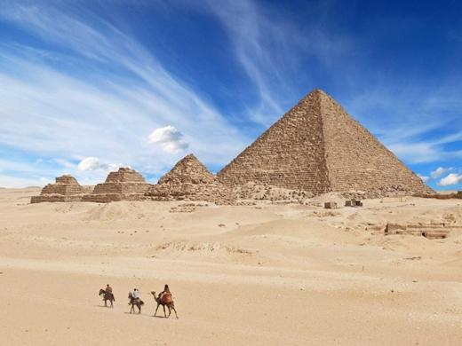 Khám phá kim tự tháp Giza ở Ai Cập. Đây là kỳ quan cổ đại duy nhất của thế giới còn sót lại.