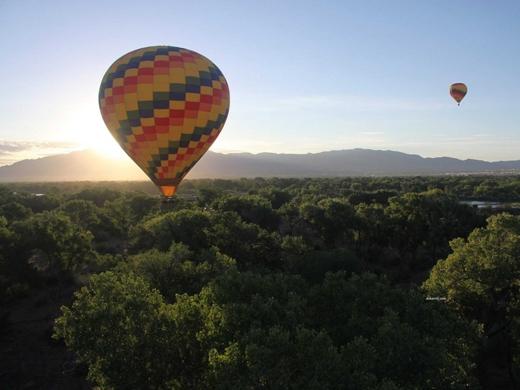 Bay bằng khinh khí cầu trên bầu trời Rio Grande ở Albuquerque, New Mexico.